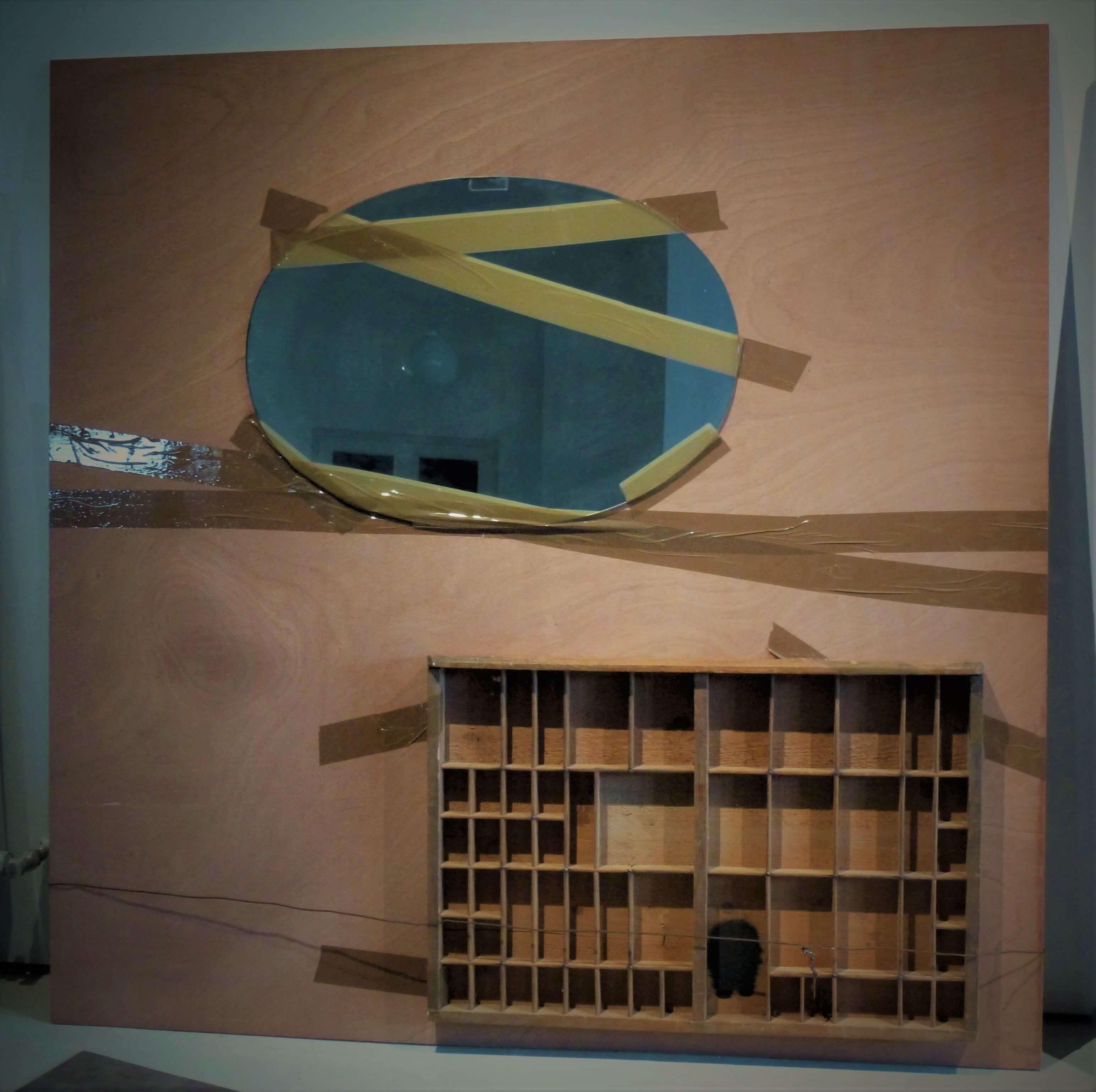 « Borges ou la défaillance du Logos » miroir, casier d'imprimeur, encre noire, fil de fer et ruban adhésif d'emballage sur bois, 122 x 122 cm, 2017