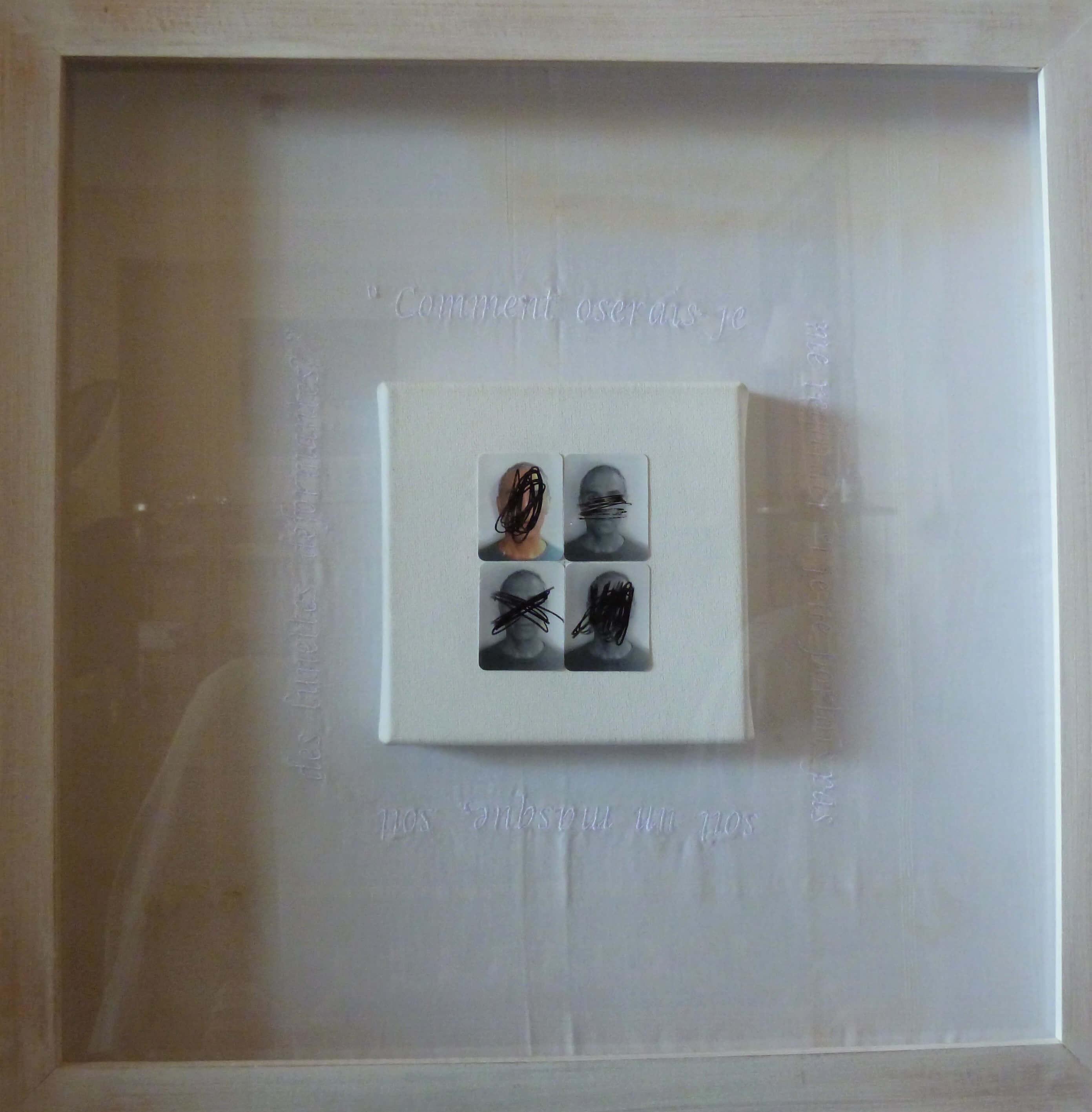 (mouchoir brodé avec une citation de Michel Léris, toile sur châssis, 4 photographies photomaton et stylo plume), 47 x 47 cm, 2018. «Comment oserais-je me regarder si je ne portais pas soit un masque, soit des lunettes déformantes ?»