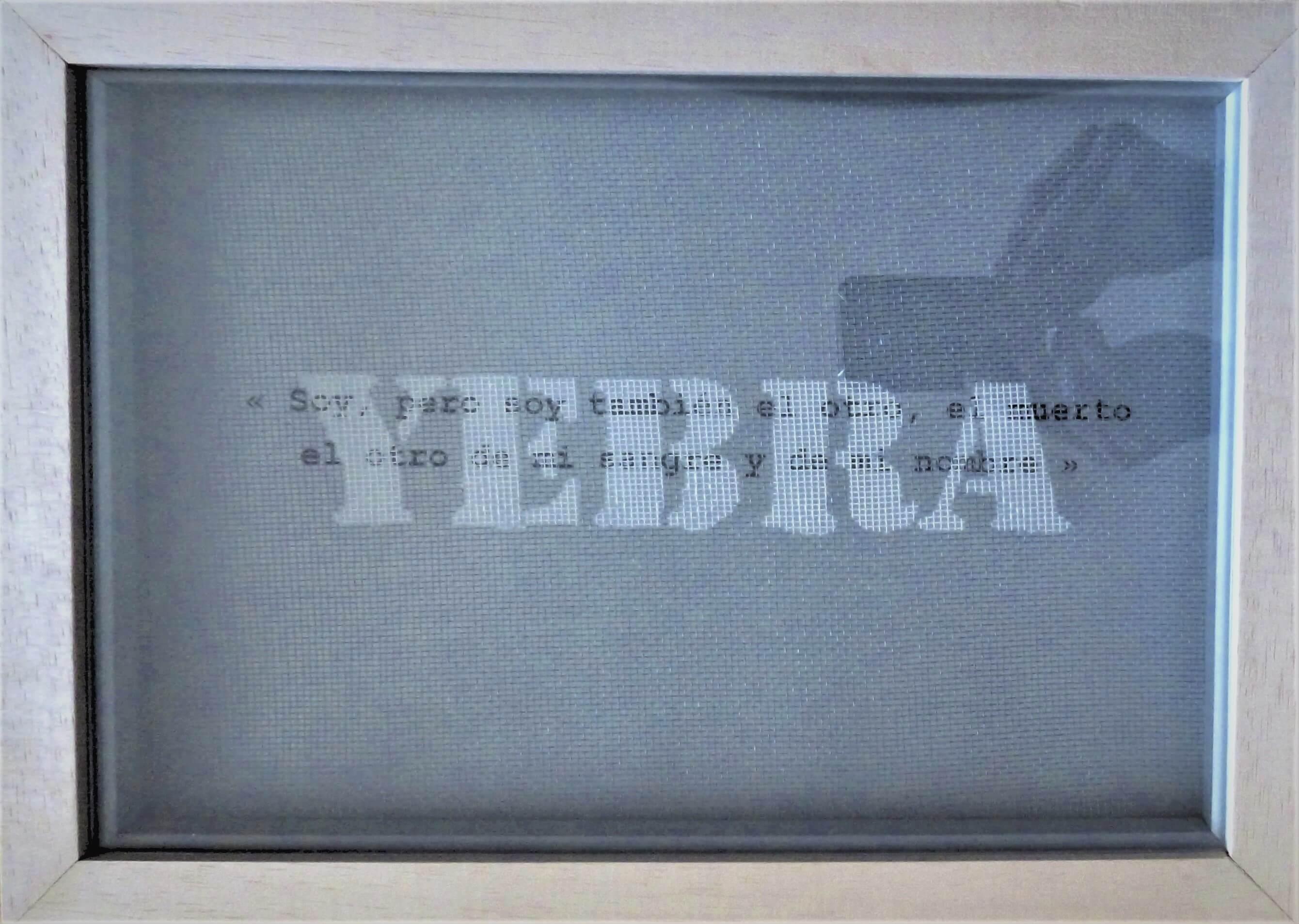 aérosol sur un filet plastique, impression sur papier citation de Jorge Luis Borges «Soy, pero soy también el otro, el muerto el otro de mi sangre y de mi nombre)