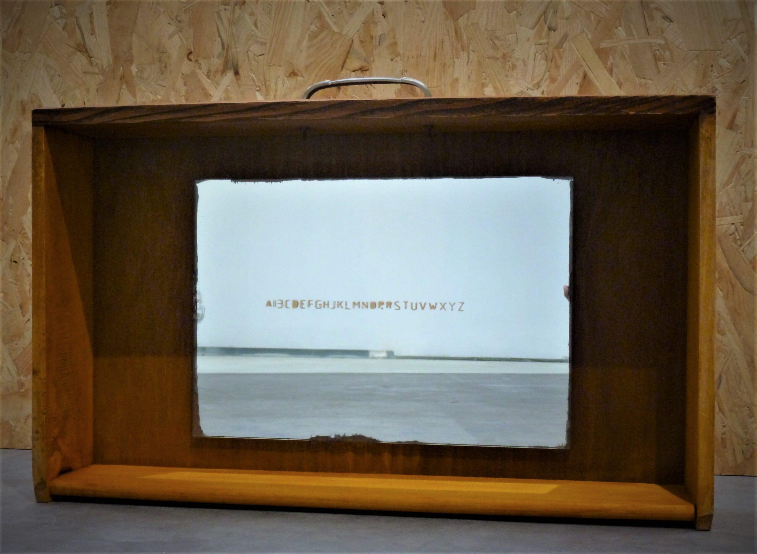 """""""el afuera ̶e̶s̶ ̶ el adentro"""" cajón de mueble de cocina espejo con abecedario pintado en dorado, 64 x 14 x 39 cm, 2017"""